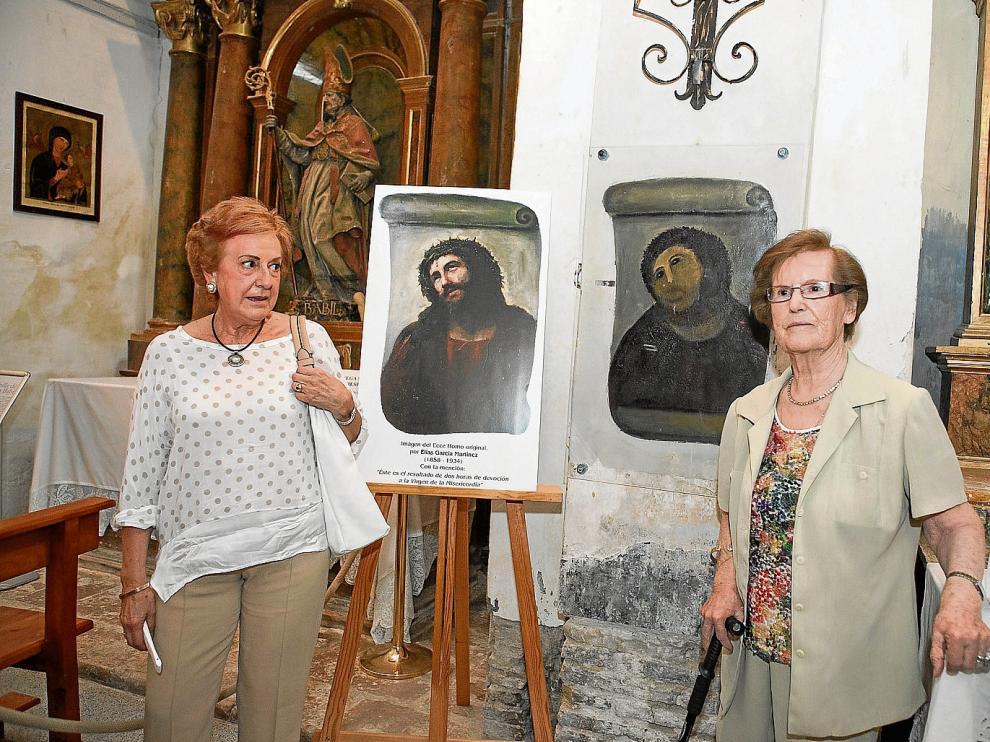 Teresa García Blanc, ante una copia de la obra de su abuelo, y Cecilia Giménez, autora del eccehomo que dio la vuelta al mundo.
