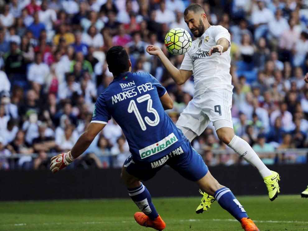 Benzema remata de cabeza para anotar el único tanto del partido