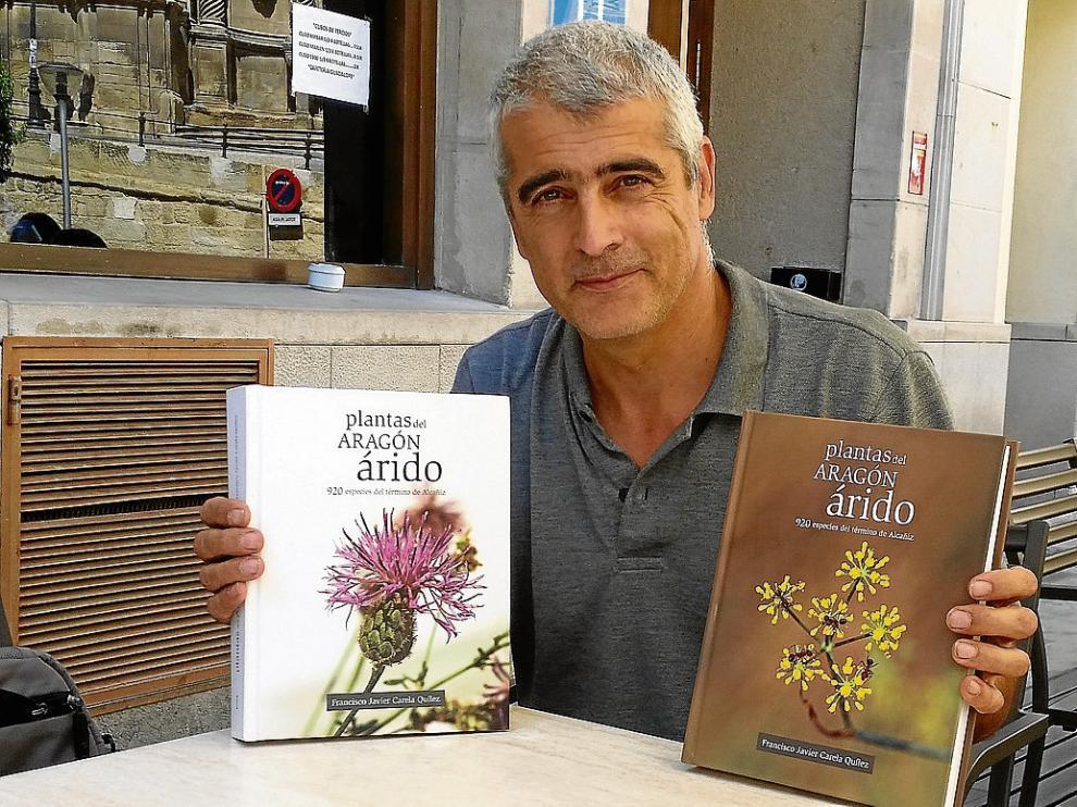 Javier Carela, con los dos volúmenes de su libro, fotografiado en Alcañiz.