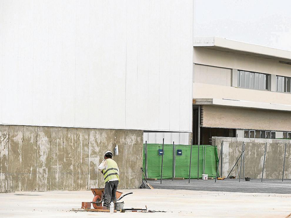 Los obreros han trabajado en los últimos días en rematar las obras del nuevo colegio.