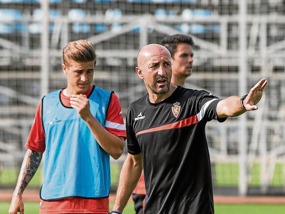 Ranko Popovic da instrucciones durante el entrenamiento de ayer en la Ciudad Deportiva.