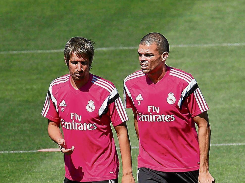 Pepe, en un entrenamiento junto a Coentrao.