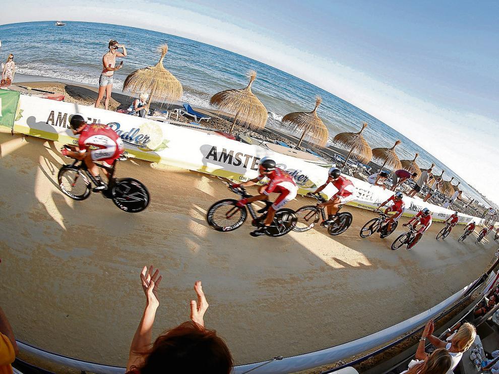 Los ciclistas del Cofidis pasan por la arena de la playa de Puerto Banus, foco de la polémica en la primera etapa de la Vuelta 2015.