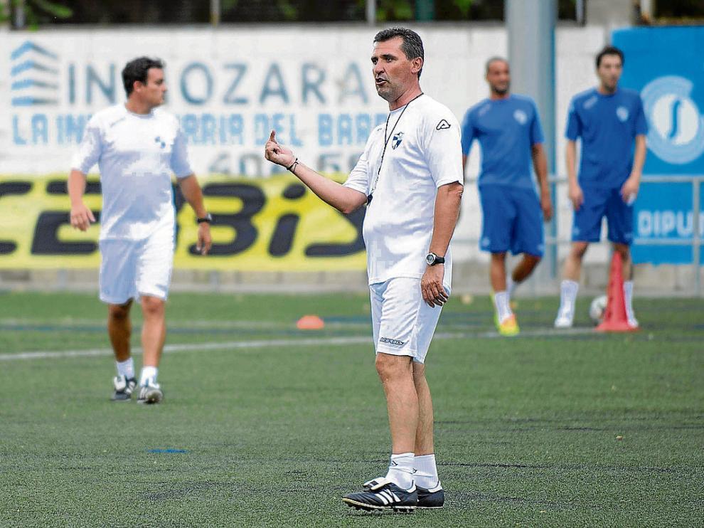 Emilio Larraz, entrenador del Ebro, durante un entrenamiento de su equipo.
