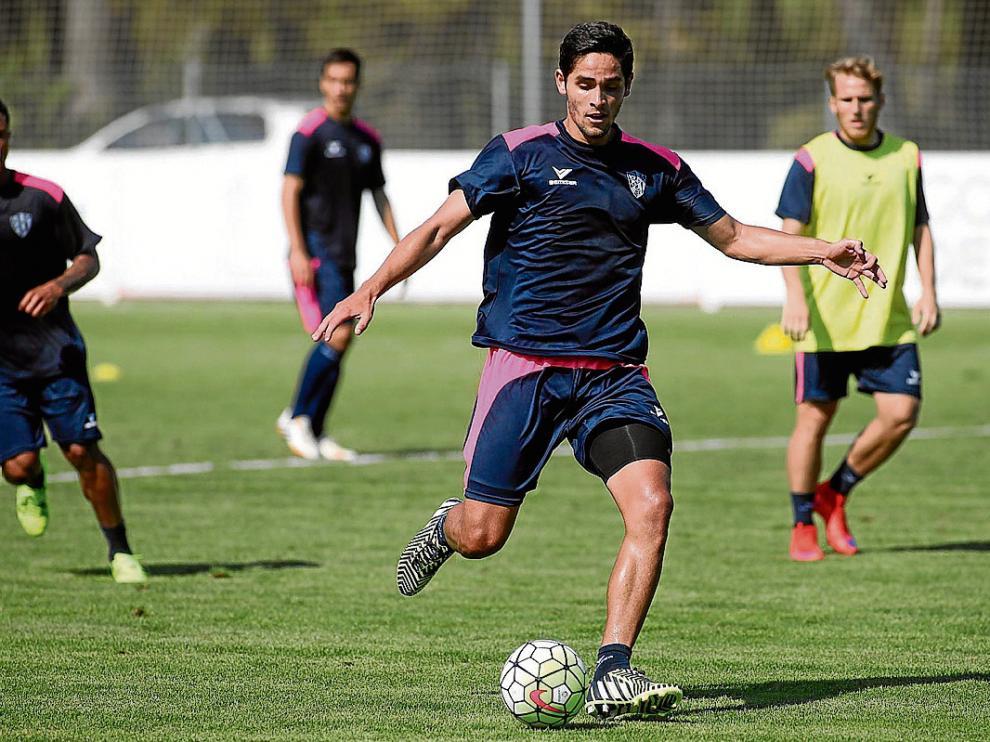 El delantero costarricense Jonathan Moya se entrenó ayer por primera vez con sus nuevos compañeros.