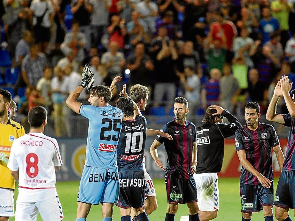 El equipo devolvió con aplausos la ovación y los gritos de ánimo finales de la afición.