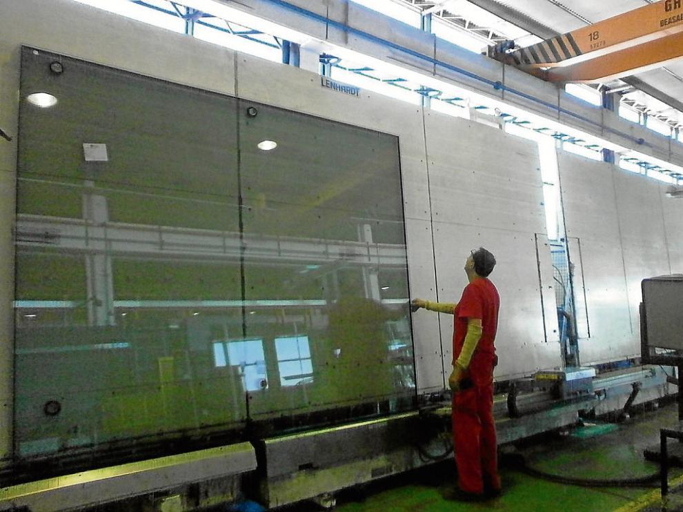 Un operario trabajando en la fábrica de vidrio de Ariño Duglass en La Puebla de Alfindén.