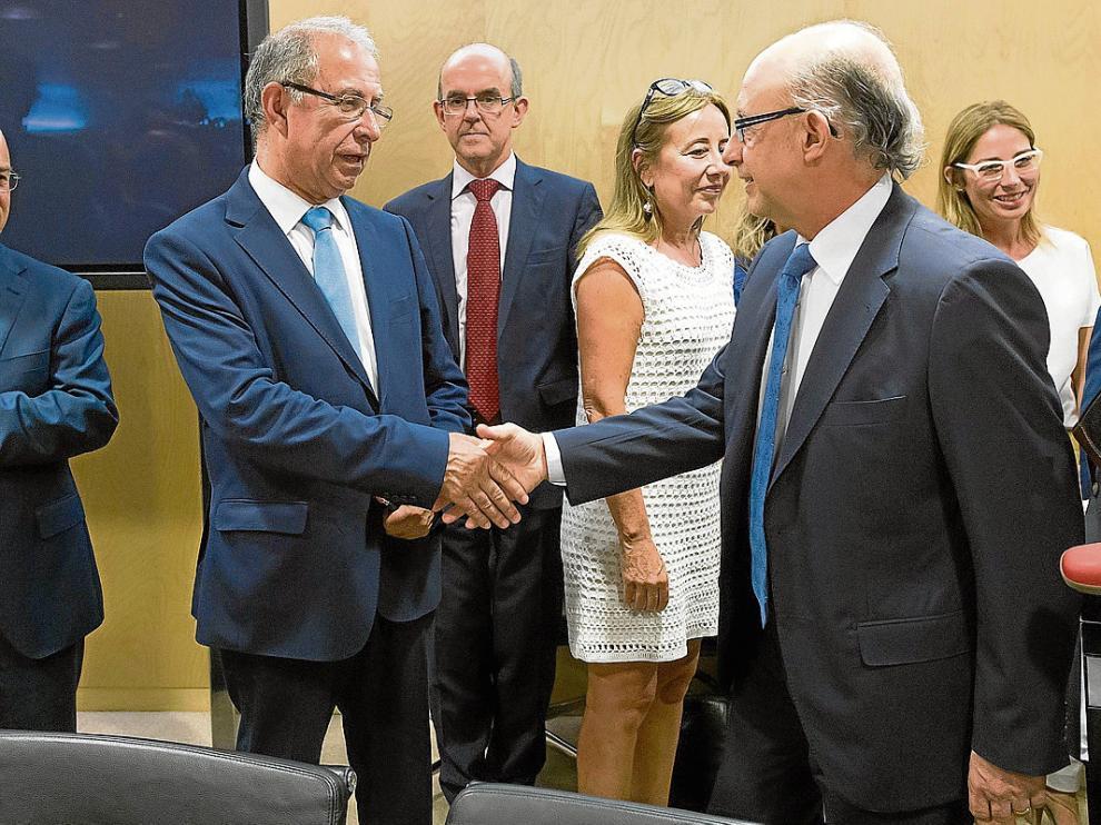 Fernando Gimeno –izquierda– saluda al ministro Montoro en una reunión celebrada en julio.