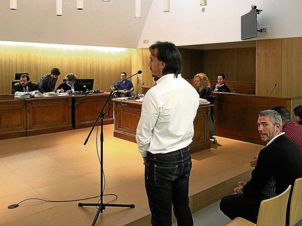 Rafael Gobantes  Antiguos compañeros de piso. Los cuatro acusados –en la foto, durante la celebración del juicio en Huesca–, de entre 28 y 36 años de edad, habían compartido piso en Sabiñánigo mientras trabajaban en la estación de Formigal. Uno de ellos v