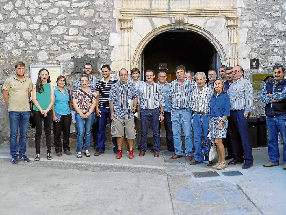 Los alcaldes, a las puertas del Centro Cultural de Castejón de Sos, donde se reunieron.
