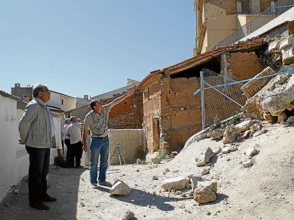 Técnicos de la DPT, acompañados por el alcalde y varios concejales, visitaron ayer la zona afectada.