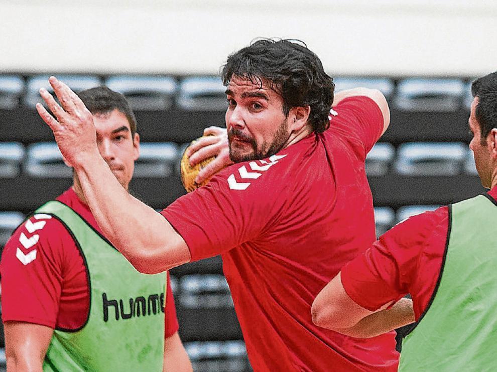 Pedro Fuentes, entrenando ayer con el BM Aragón.