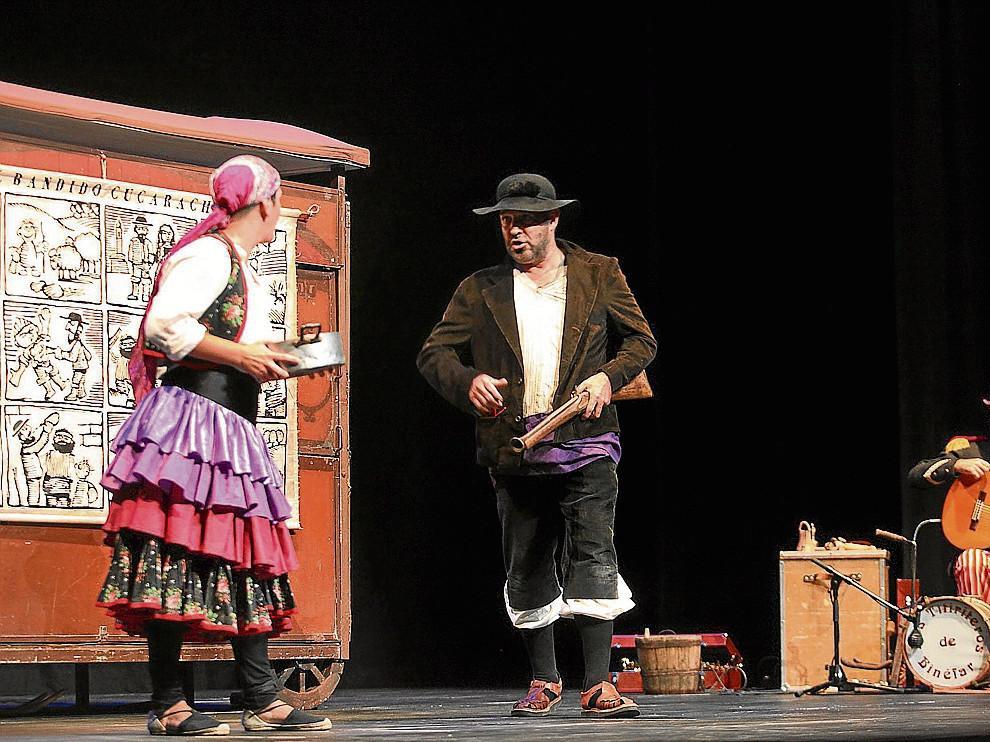 Los Titiriteros de Binéfar, que actuarán en Carabolas, durante su espectáculo 'En la boca del lobo'.