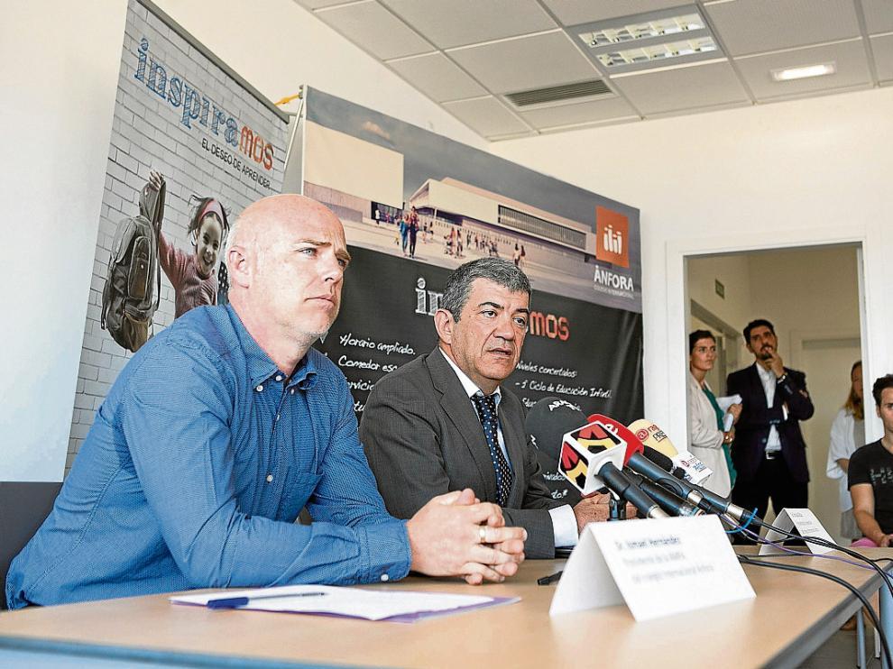 Ismael Hernández, presidente de la AMPA (de azul) y Enrique Bilbao, presidente de Ánfora.