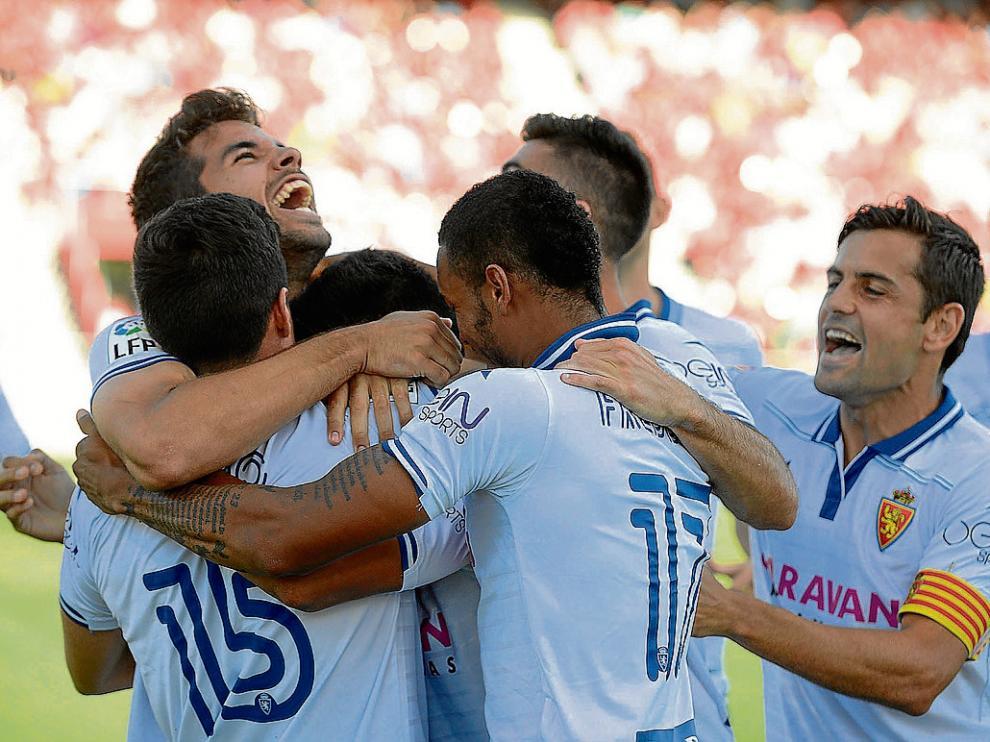 Los futbolistas del Real Zaragoza celebran el gol de Miranda abrazados a Cabrera, su autor.