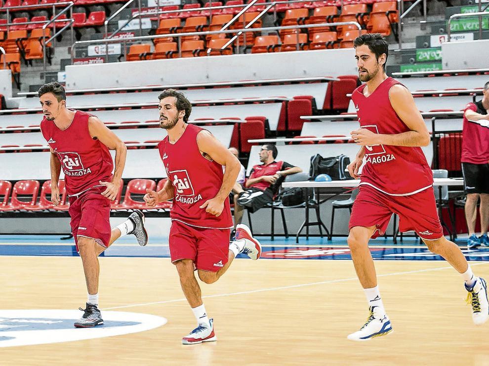 Pere Tomás, Tomás Bellas y Joan Sastre, durante el entrenamiento de ayer del CAIZaragoza.