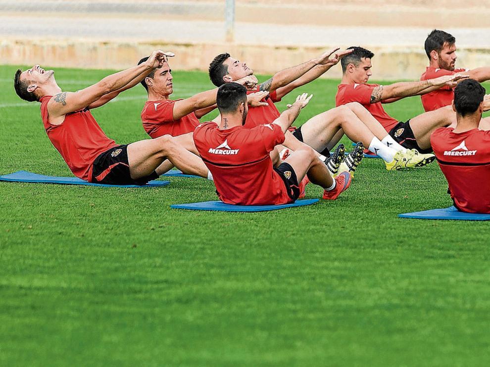 Los futbolistas del Real Zaragoza, en una singular imagen durante los estiramientos al final de un entrenamiento de la semana.