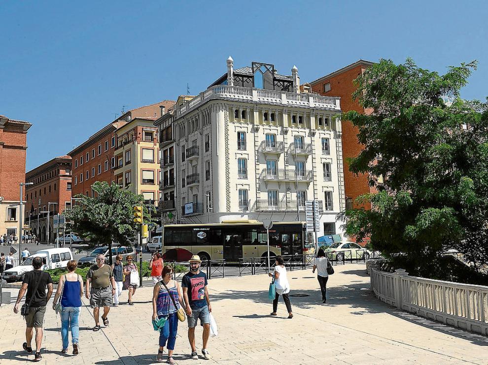 La Casa Mallén, que se divisa desde el Viaducto Viejo, ha recuperado su tonalidad original.