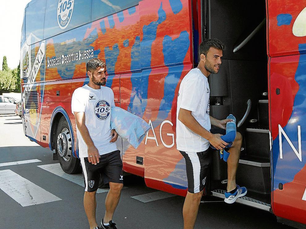 Fran Mérida y Carlos David, dos de las posibles novedades del once, subiendo ayer al autobús.