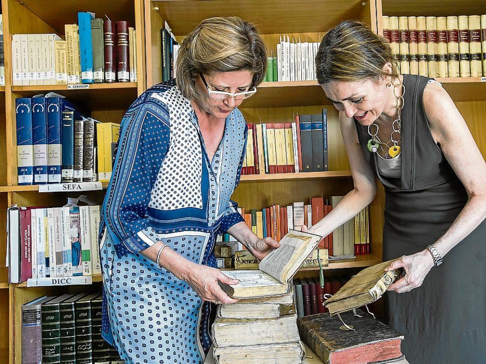 Julia Martín del Fraile –izquierda– y Paz Miranda observan ejemplares donados a la Universidad.