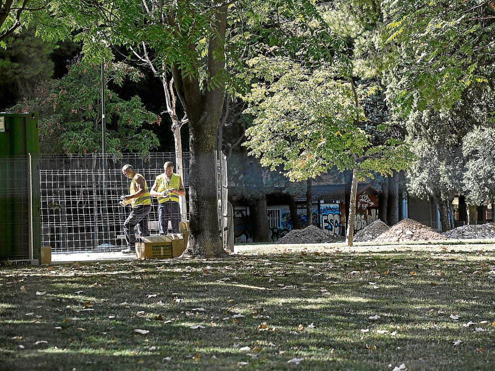 Trabajos de mejora en un parque del entorno de Aragonia, en el barrio de la Romareda.