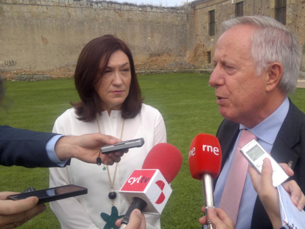 La subdelegada del Gobierno, María José Heredia, y el director del centro penitenciario de Soria, Segundo Pascual, han entregado las placas conmemorativas.