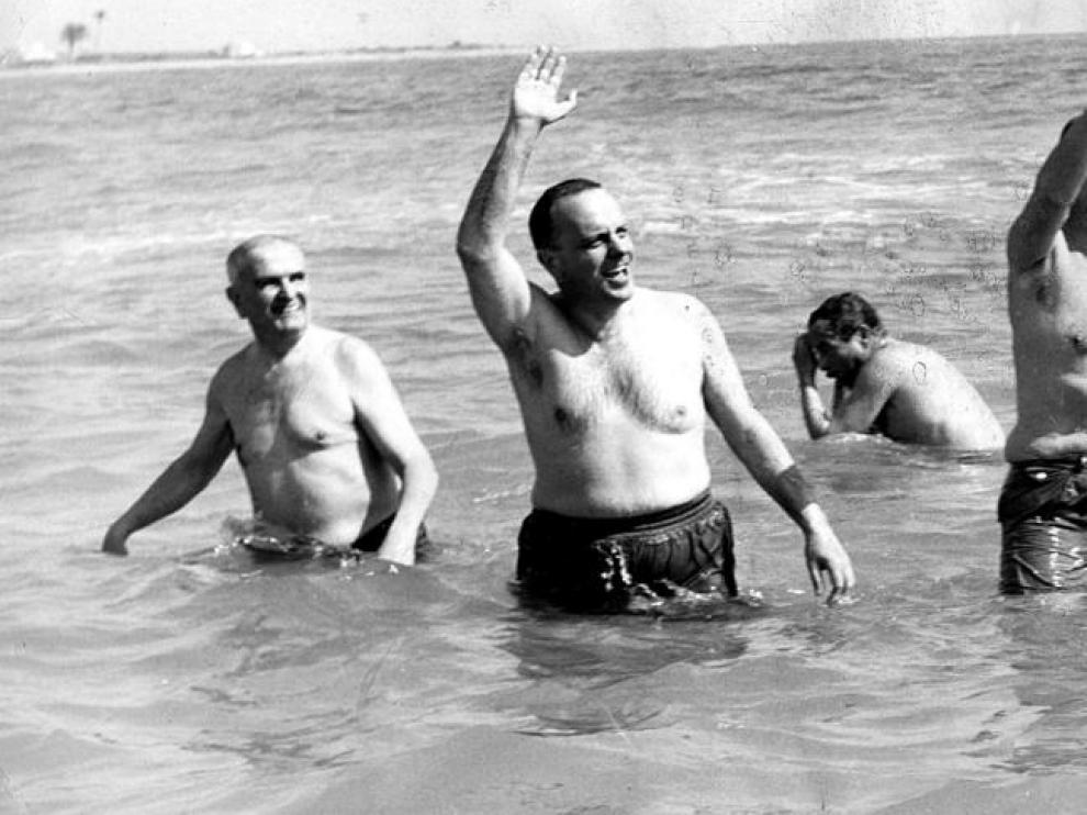 Manuel Fraga y el embajador de EE.UU. se bañan en la playa de Palomares.