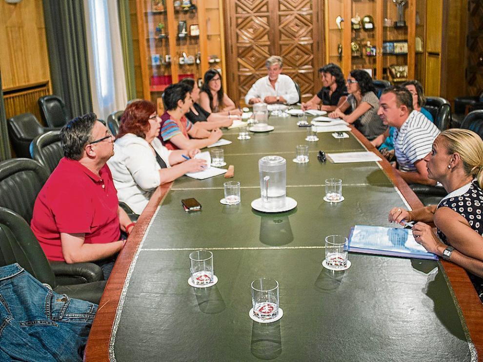 Reunión de los vecinos del barrio Oliver con el alcalde Pedro Satisteve el pasado día 20.