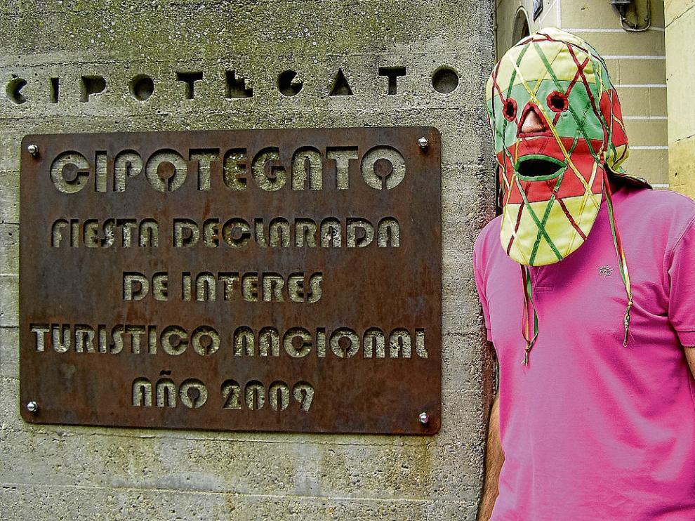 El anónimo Cipotegato, con su tradicional careta, en el monumento del centro de Tarazona.