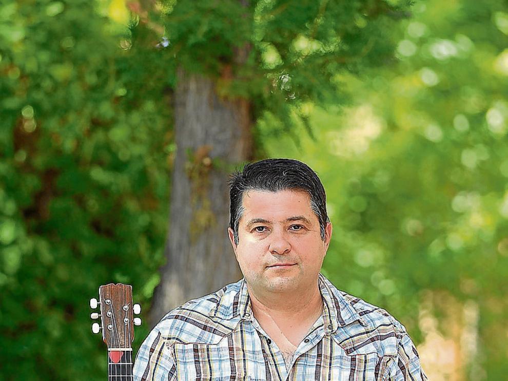 Fernando Cortel con su guitarrico.