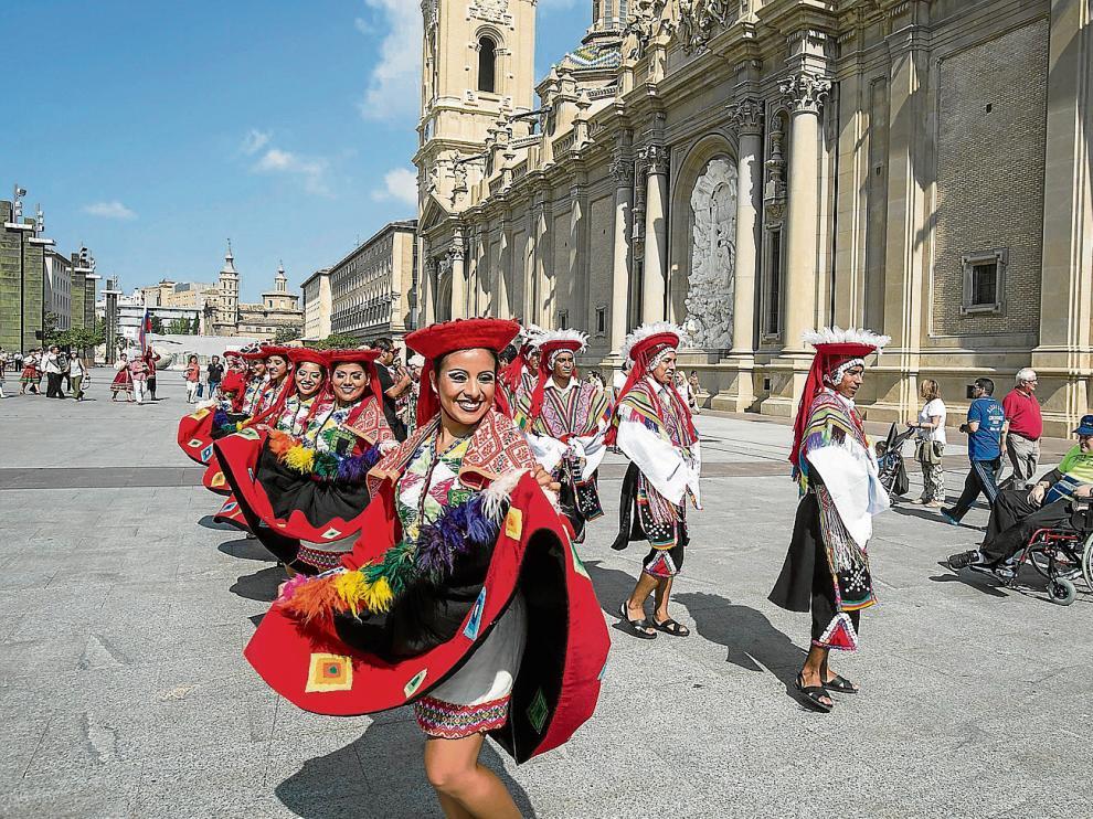 Participantes en la pasada edición del Eifolk, durante el desfile en la plaza del Pilar de Zaragoza.