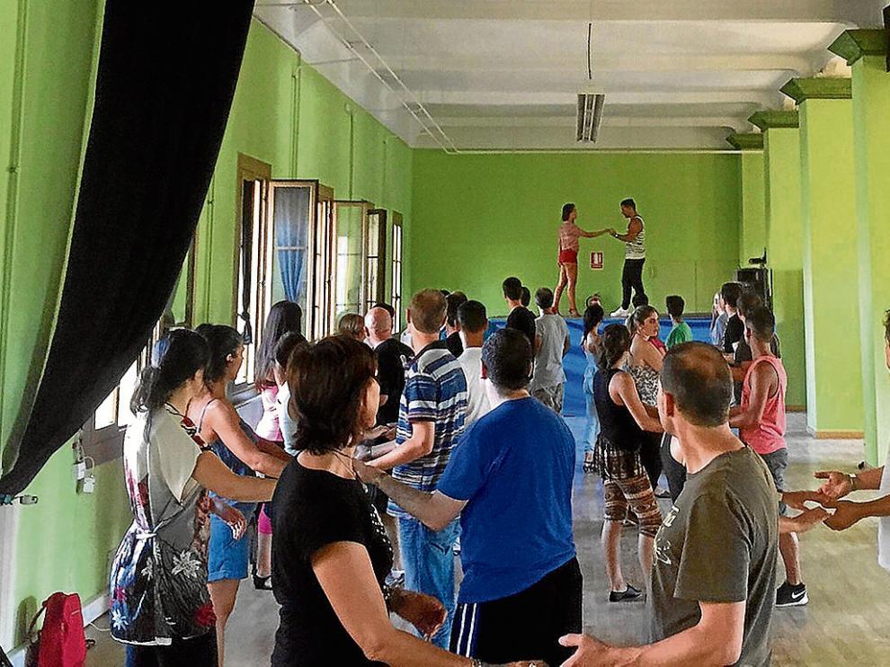 Participantes en uno de los talleres de salsa impartidos en Sabiñánigo.