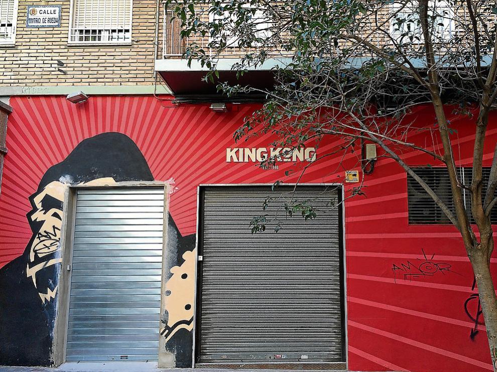 La fachada de la sala King Kong, con la nueva salida de emergencias –izquierda–, ayer por la tarde.