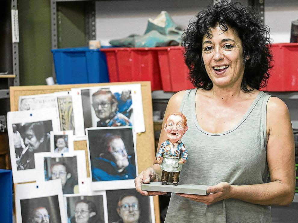Ana Nicolás, en su taller del barrio Jesús, con las fotos de Serafina y el prototipo con el que ganó el concurso.