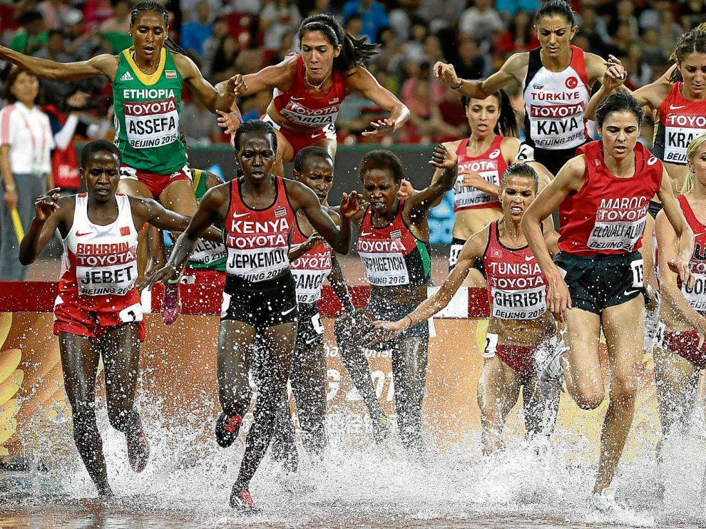Un momento de la final de 3.000 metros obstáculos femeninos, disputada ayer.