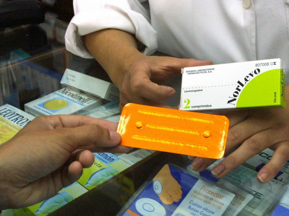 Un farmacéutico dispensa la píldora del día después.