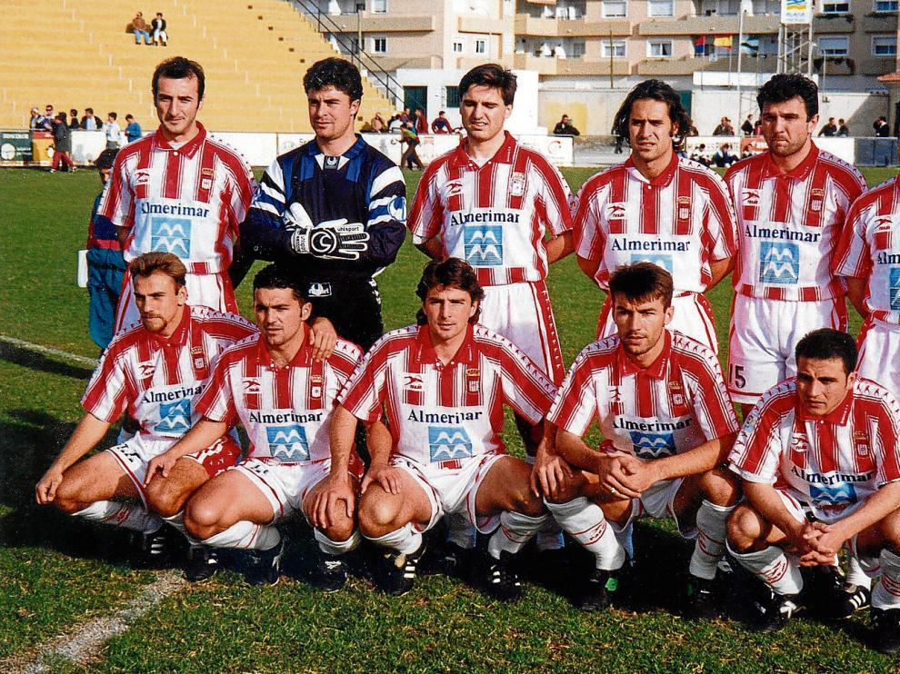 la voz de almería Ranko Popovic, en 1996. Esta imagen pertenece a una alineación titular del Almería la temporada 1996-1997. En ella aparece Ranko Popovic (primero por la izquierda en la parte superior)?, junto al portero Iru. Aquella temporada el conjunt