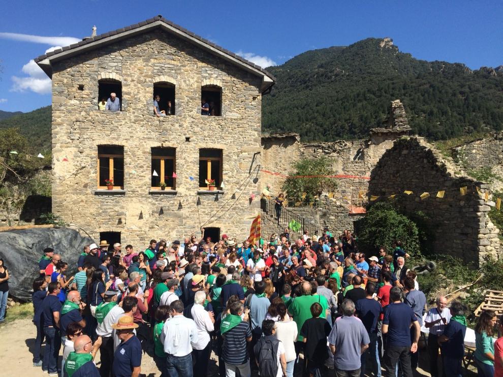 Trescientas personas se congregaron en la plaza, junto a la escuela ya reconstruida, para escuchar a los músicos.