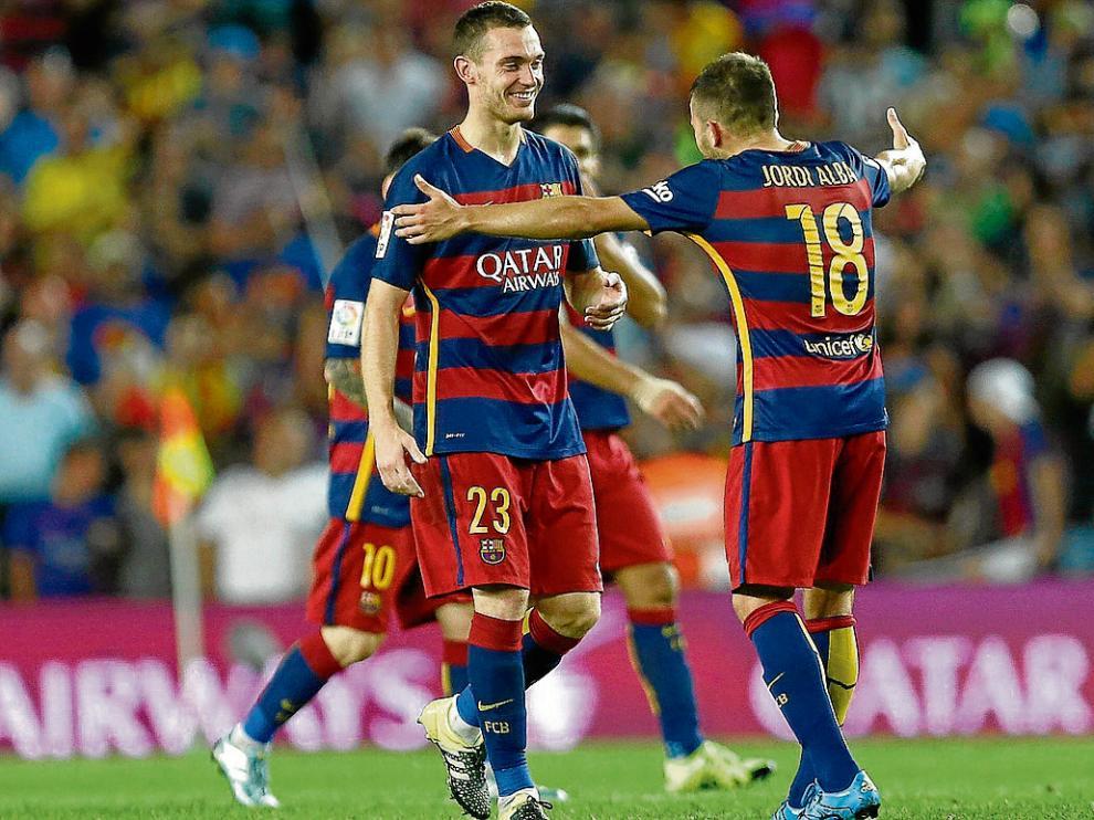Vermaelen –izquierda– celebra con Jordi Alba el gol que marcó ayer en el Camp Nou.