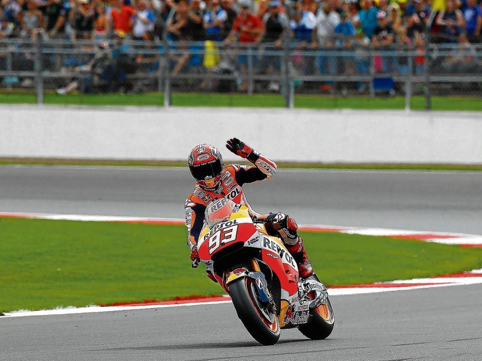 Marc Márquez saluda a los aficionados tras finalizar en primera posición la sesión de clasificación del GP de Gran Bretaña.