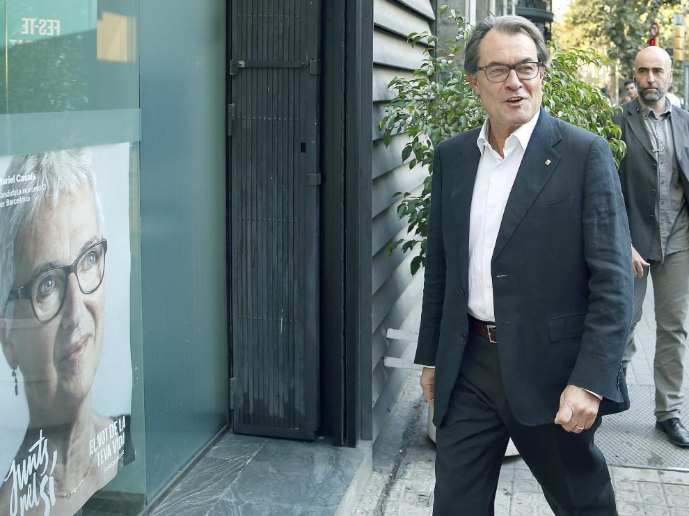 Artur Mas llegando solo a la sede de CDC.
