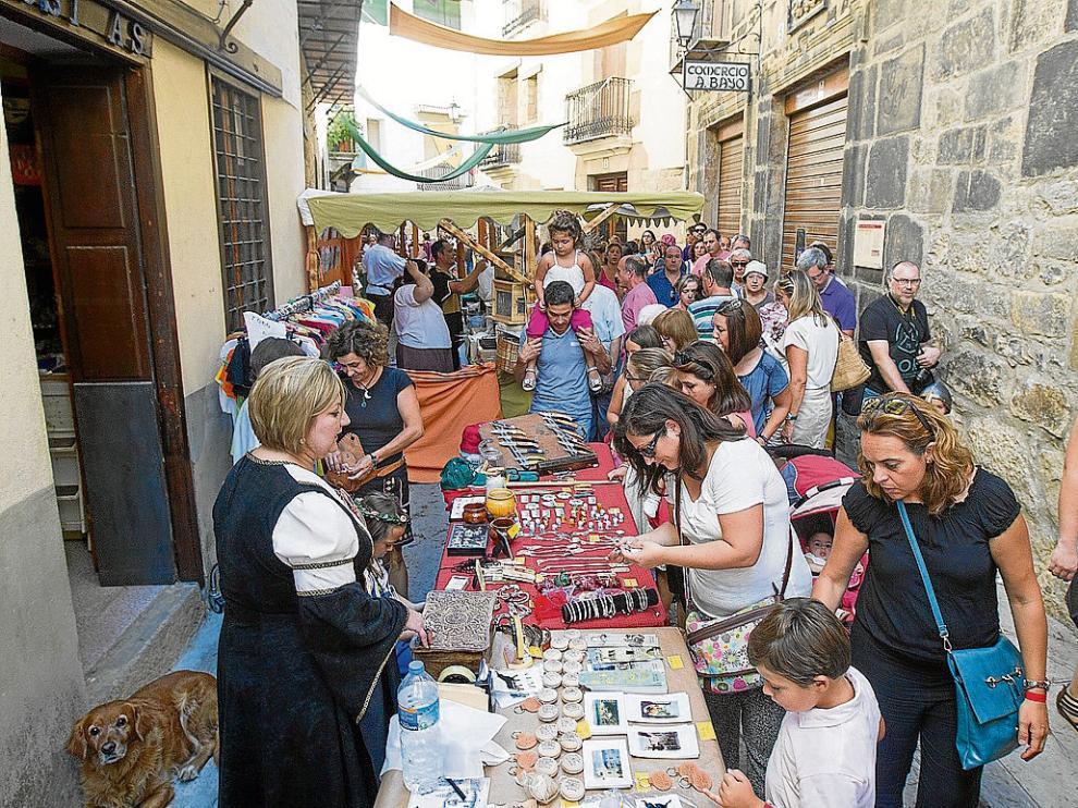 Las estrechas calles de Rubielos de Mora se llenaron de público con el mercado medieval.