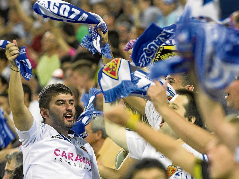 Los seguidores del Real Zaragoza sueltan sus bufandas al viento para celebrar el triunfo.