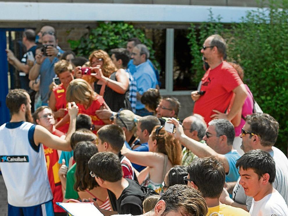 Unas niñas se fotografían con Rudy Fernández.
