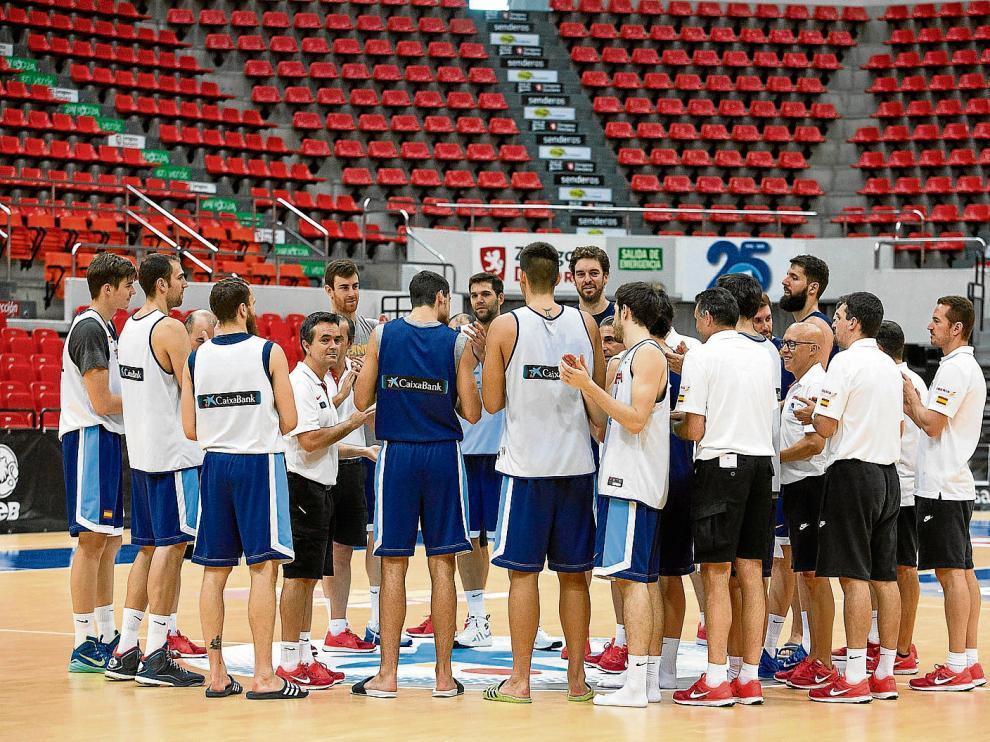 Los jugadores de la selección española hacen piña al final del entrenamiento de ayer en el pabellón Príncipe Felipe.