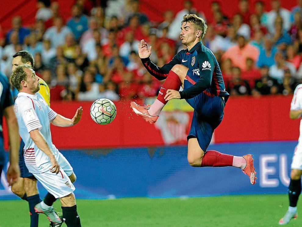 Griezmann intenta controlar un balón ante Krohn-Dheli.