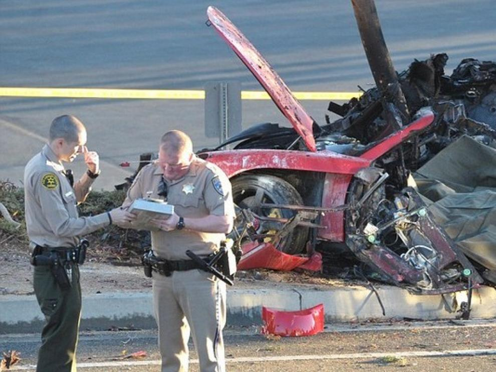 Estado en el que quedó el coche en el que perdieron la vida Paul Walker y un amigo.