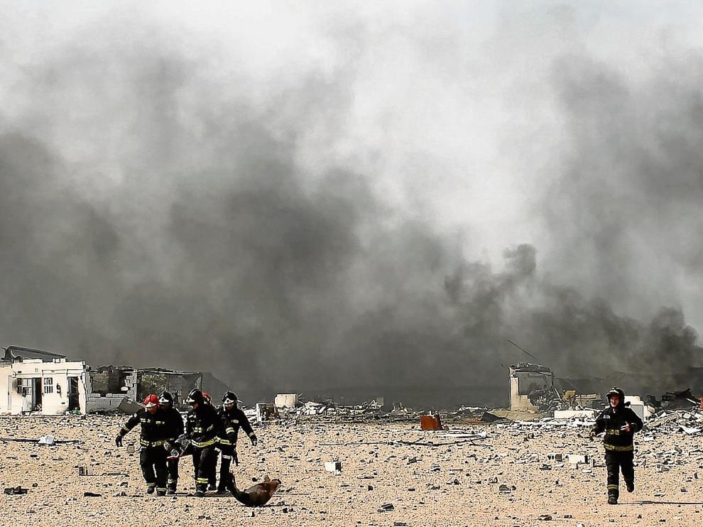 Los Bomberos, en pleno rescate de una de las víctimas de las sucesivas explosiones del polvorín de la Pirotecnia Zaragozana.