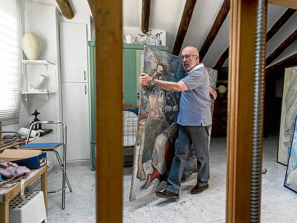 Salavera, en su estudio, con uno de los cuadros que exhibirá en la retrospectiva que llevará a la Lonja para el Pilar.
