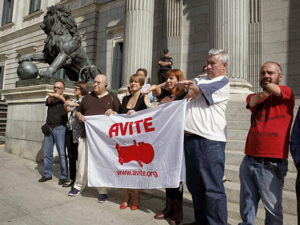 Las víctimas, a las puertas del Congreso de los Diputados en una imagen de archivo.